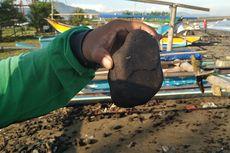 Tumpahan Batu Bara dari Tabrakan Dua Tongkang Kotori Pantai Sukabumi