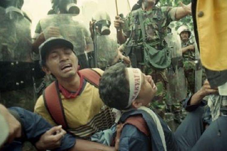 Mahasiswa pengunjuk rasa menangis dan berpelukan akibat kelelahan dan kedinginan, saat berdemo di kawasan Sudirman, Jakarta, Jumat (13/11/1998), Mereka juga menangis dan minta kepada petugas agar tidak dipukul lagi. Mereka juga menangis karena mendengar berita beberapa rekan mereka meninggal dunia. Penembakan bertubi-tubi oleh aparat militer berlangsung hingga penutupan Sidang Istimewa (SI) MPR, Jumat (13/11/1998) malam. Rentetan penembakan berlangsung sejak pukul 15.40 WIB. Darah berceceran di kawasan Semanggi, yang jaraknya tak jauh dari tempat wakil rakyat bersidang. SI tidak menghasilkan keputusan seperti yang diinginkan, terutama tentang posisi ABRI di DPR.