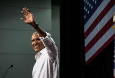 Obama Pernah Diusir dari Disneyland Gara-gara Ketahuan Merokok