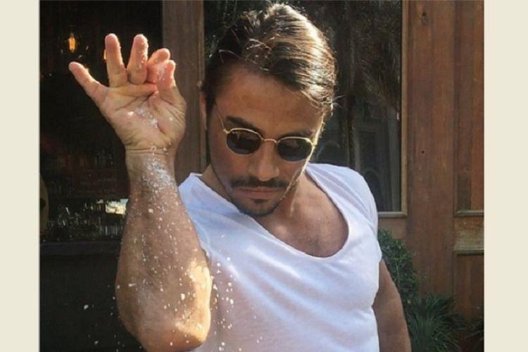 Nusret Gokce, koki sekaligus pemilik restoran steak Nusr-Et di New York, Amerika Serikat, terkenal dengan aksinya menabur garam atau Salt Bae.