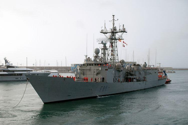 Kapal fregat Santa Maria milik Angkatan Laut Spanyol saat memasuki pelabuhan Barcelona.
