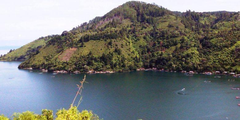Sangat disayangkan jika sedang berada di Kota Medan atau Sumatera Utara, tak mampir ke Danau Toba, danau yang cantik ini.