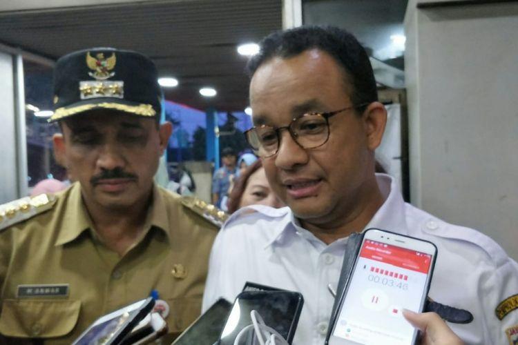 Gubernur DKI Jakarta Anies Baswedan di Halte PGC, Jakarta Timur, Senin (3/12/2018).