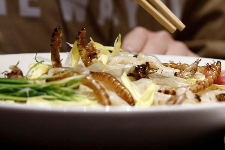 Bakmi ramen insect tsukemen ini ditaburi serangga goreng, yang disajikan di restoran Ramen Nagi, Tokyo, Jepang. Foto diambil pada 9 April 2017.