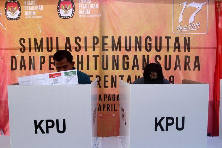 Petugas Komisi Pemilihan Umum (KPU) berada di bilik suara saat simulasi pemungutan dan perhitungan suara pemilu serentak 2019, di Istana Pagaruyung, Kabupaten Tanah Datar, Sumatera Barat, Rabu (3/4/2019). Simulasi yang diikuti penyelengara dan pengawas pemilu ini bertujuan untuk memberikan pemahaman tentang peraturan KPU dan tata cara pelaksanaan pemungutan suara Pemilu 2019 pada masyarakat yang memiliki hak pilih. ANTARA FOTO/Muhammad Arif Pribadi/foc.