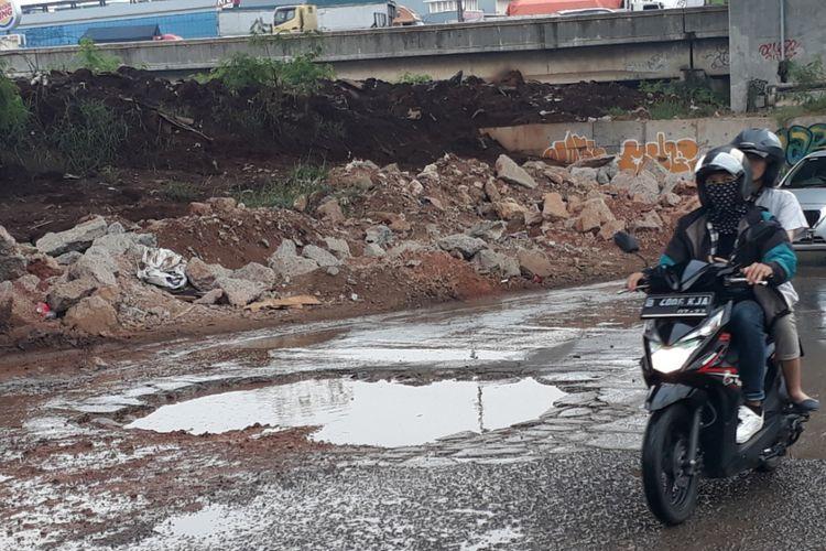 Tampak lubanh besar berada di tengah Jalan Raya Kalimalang, Bekasi Barat, Kota Bekasi tepatnya di bawah kolong tol JORR arah Jakarta, Rabu (5/12/2018).