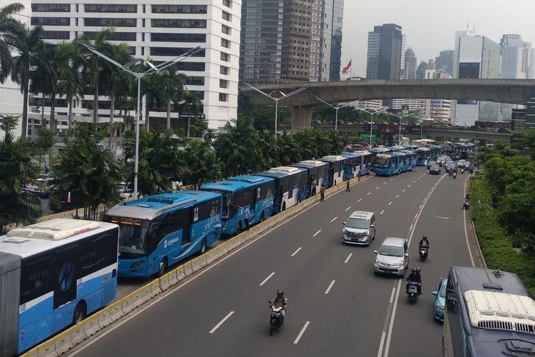 Transjakarta mengular imbas aksi unjuk rasa di depan kantor Bawaslu RI, Jumat (10/5/2019).
