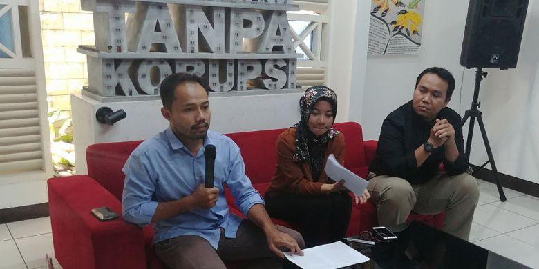 Koordinator ICW Donal Fariz, peneliti Divisi Korupsi Politik ICW, Almas Sjafrina, dan peneliti Perludem Fadli Ramadhani di Kantor ICW, Jakarta, Selasa (16/1/2018).