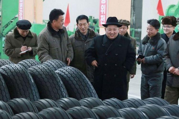 Sebuah foto tanpa tanggal yang dirilis KCNA pada 3 Desember 2017 memperlihatkan pemimpin Korea Utara, Kim jong Un, mengunjungi pabrik produksi ban.