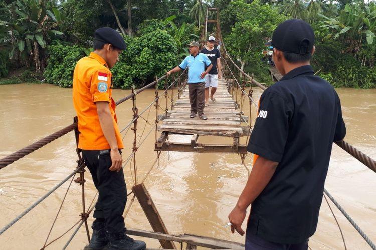 Jembatan terputus menyebabkan tiga orang terjatuh dan tewas.