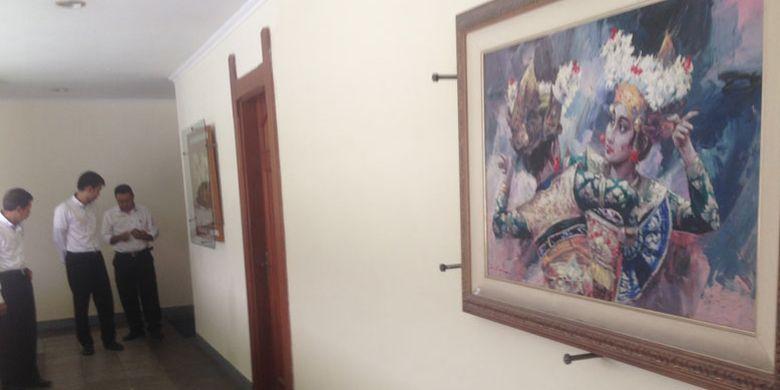 Lukisan di tengah lorong kamar Hotel Kresna Wonosobo.
