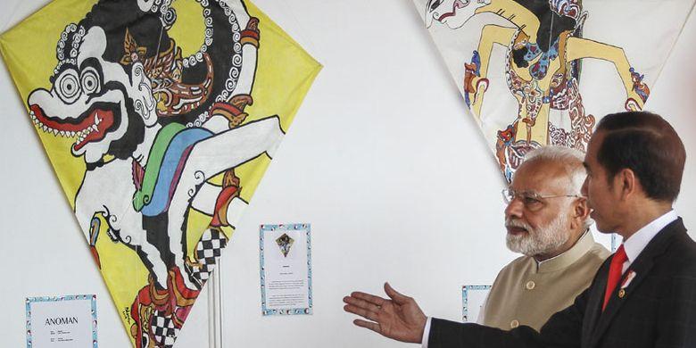 Presiden Joko Widodo (kanan) bersama Perdana Menteri (PM) India Narendra Modi (kiri) mengamati aneka layang-layang pada Pameran Layang-Layang Indonesia-India di kawasan Monas, Jakarta, Rabu (30/5/2018). Pada kunjungan resmi pertama PM India ke Indonesia Presiden Joko Widodo mengajak untuk bermain dan menghadiri pameran layang-layang yang merupakan permainan tradisional populer di Indonesia dan India.