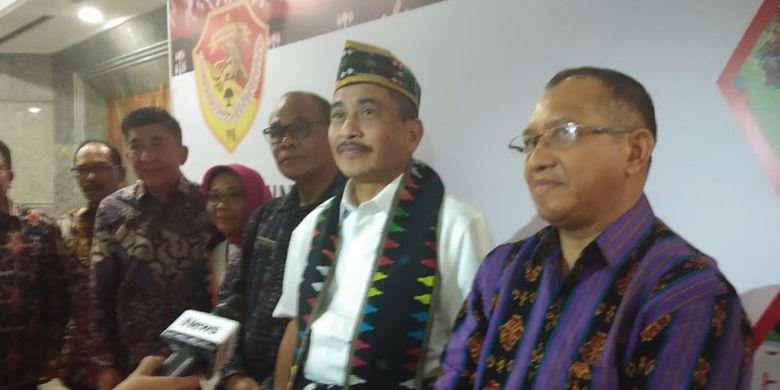 Menteri Pariwisata Arief Yahya (putera daerah Kabupaten Manggarai, NTT) bersama Kepala Dinas Pariwisata Provinsi NTT Marius Ardu Jelamu (kanan) di Kementerian Pariwisata, Jakarta, Kamis (7/6/2018).