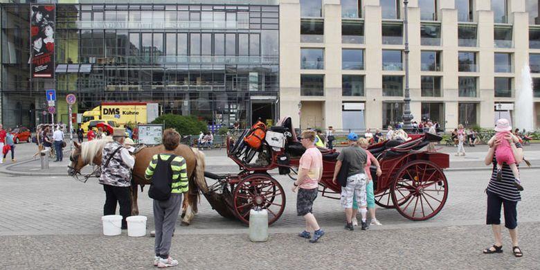 Transportasi wisatawan di Brandenburg Gate, Berlin, Jerman, Kamis (21/6/2018).