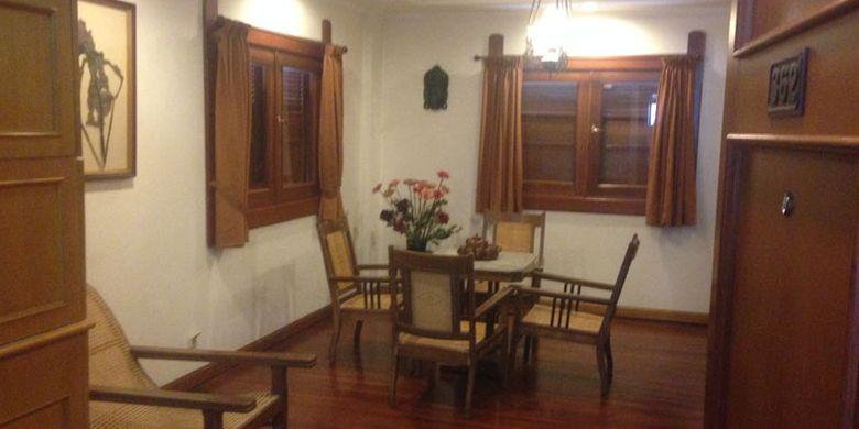 Ruang keluarga di kamar klasik Hotel Kresna, Wonosobo, Jawa Tengah.