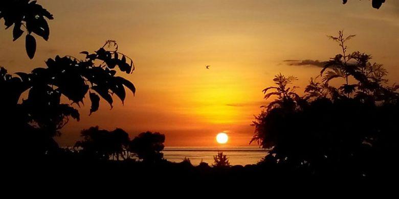 Menikmati matahari terbenam (sunset) di Hotel Mario yang berada di Pantai Kita Mananga Aba, Desa Ramadana, Kecamatan Loura, Kabupaten Sumba Barat Daya, Nusa Tenggara Timur, Sabtu (2/6/2018).