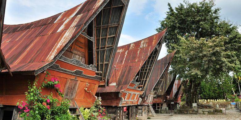 Rumah adat Batak di kawasan obyek wisata Batu Kursi Siallagan, Pulau Samosir, Kabupaten Simalungun, Sumatera Utara,    Jumat (23/3/2018).
