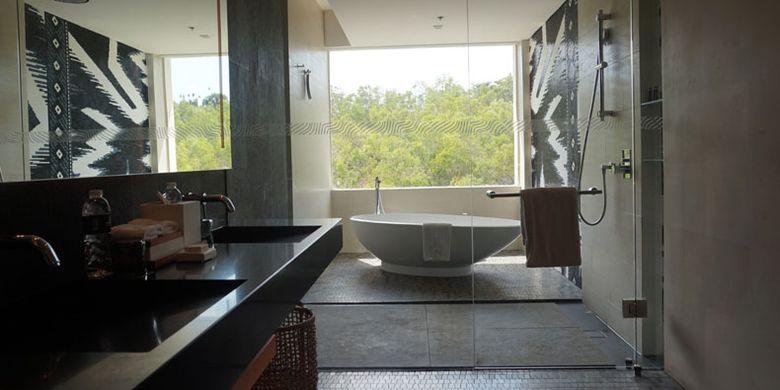 Shower dan bathtub di Renaissance Bali Uluwatu Resort & Spa, Selasa (5/6/2018).