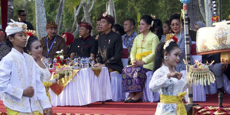 Presiden Joko Widodo (ketiga kanan), Ibu Negara Iriana Joko Widodo (kedua kanan), Menteri Pariwisata Arief Yahya (kiri) dan Gubernur Bali I Wayan Koster (kedua kiri) menyaksikan Karnaval Budaya Bali di kawasan Nusa Dua, Bali, Jumat (12/10/2018). Karnaval tersebut merupakan rangkaian acara dari Pertemuan Tahunan IMF - World Bank Group 2018 di Bali.