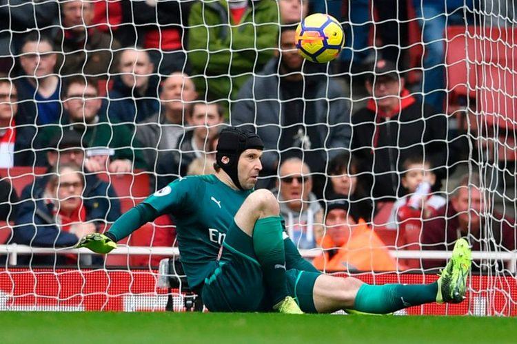 Kiper Arsenal, Petr Cech, ketika mengantisipasi tembakan pemain Watford pada pertandingan Premier League di Stadion Emirates, Minggu (11/3/2018).