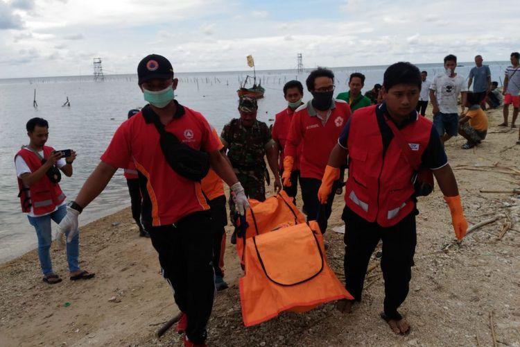 Proses evakuasi jasad perempuan terbungkus karung yang ditemukan di perairan Jepara, Jawa Tengah tepatnya 6,3 mil dari bibir pantai Teluk Awur, Desa Teluk Awur, Kecamatan Tahunan Jepara, Jumat (22/2/2019) siang.