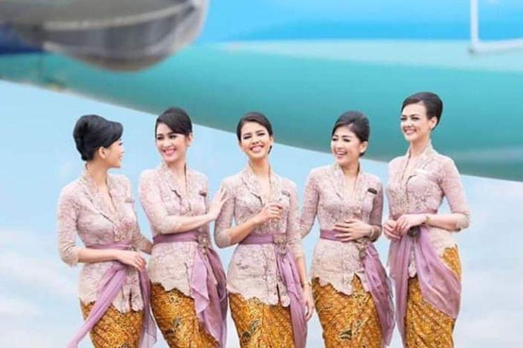 Pramugari Garuda Indonesia mengenakan kebaya rancangan Anne Avantie.