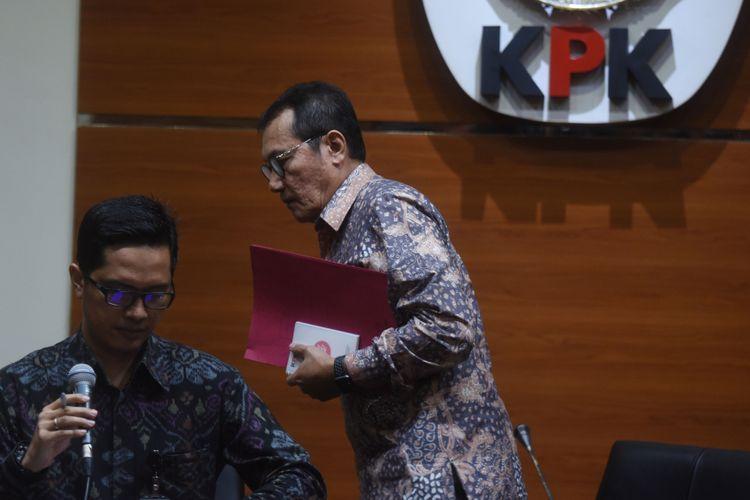 Wakil Ketua KPK Saut Situmorang (kanan) meninggalkan ruang konferensi pers disaksikan Juru Bicara Febri Diansyah (kiri) usai menyampaikan keterangan terkait penetapan tersangka baru kasus korupsi KTP Elektronik di Gedung KPK, Jakarta, Jumat (10/11). KPK resmi menetapkan kembali Ketua DPR Setya Novanto sebagai tersangka kasus dugaan korupsi KTP Elektronik. ANTARA FOTO/Akbar Nugroho Gumay/foc/17.