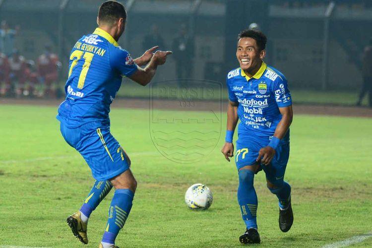 Pemain Persib Bandung, Ghozali Siregar dan Artur Gevorkyan merayakan gol ke gawang Persipura Jayapura dalam pertandingan yang berlangsung di Stadion Si Jalak Harupat, Kabupaten Bandung, Sabtu (18/5/2019).