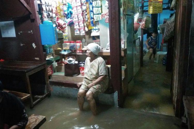 Warga Bidara Cina, Jakarta Timur mulai mengungsi akibat luapan Ciliwung, Senin (5/1/2018).