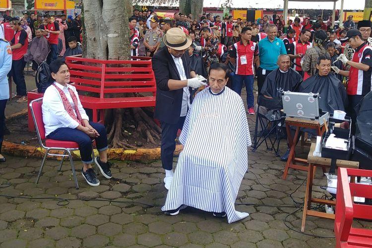 Presiden Joko Widodo mengikuti acara cukur massal di Garut, Sabtu (19/1/2019).