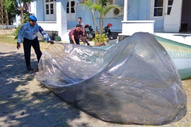 Personil TNI AU saat menunjukan barang bukti balon udara yang jatuh di sekitar Hotel Grand Quality dan Lapangan golf Lanud Adisutjipto