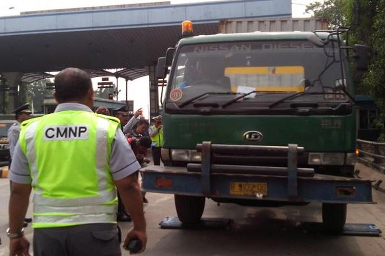 Razia truk bermuatan lebih di pintu tol Wiyoto Wiyono, Kamis (5/6/2014).
