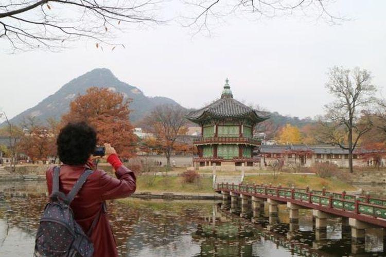 Wisatawan sedang mengabadikan foto di Istana Gyeokbokgung, Seoul, Korea Selatan.