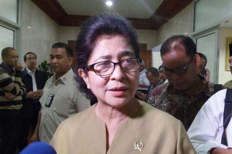 Menteri Kesehatan Nila Djuwita F Moeloek di Kompleks Parlemen, Senayan, Jakarta, Senin (16/1/2017)