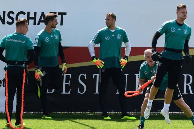 Para kiper Jerman, Marc-Andre ter Stegen, Kevin Trapp, Manuel Neuer, dan Bernd Leno menjalani sesi latihan di Rungghof training center, Bolzano, Italia pada 28 Mei 2018.