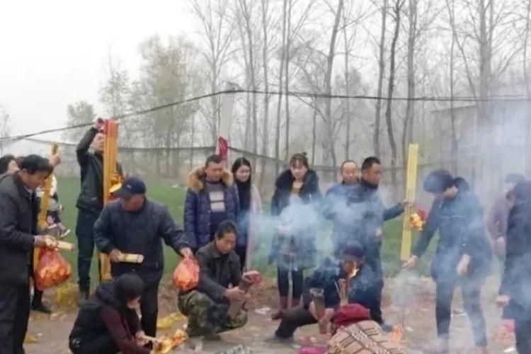 Warga Desa Fangshan di Distrik Dingtao membakar dupa dan menyembah sebuah tanaman sorgum raksasa yang dianggap keramat.