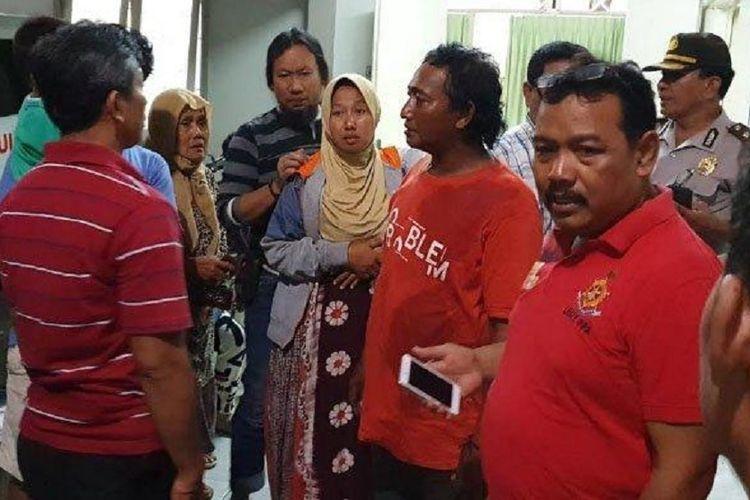 Keluarga korban meninggal Erikawati (9) di kamar jenazah RSUD dr Soetomo, Jumat malam (9/11/2018).