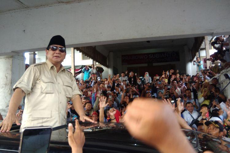 Calon Presiden no urut 02, Prabowo Subianto Susai bertemu relawan dan warga Yogyakarta di Sasono Hinggil, Alun-alun Selatan Kraton Yogyakarta Rabu (28/11/2018)
