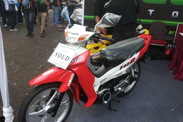 Salah satu Yamaha F1ZR lansiran 2001 yang baru saja laku terjual di stan Greenseta, saat penyelenggaraan Pasar Jongkok Otomotif 2018 di Museum Purna Bhakti Pertiwi, Taman Mini Indonesia Indah, Jakarta Timur, Sabtu (7/4/2018).