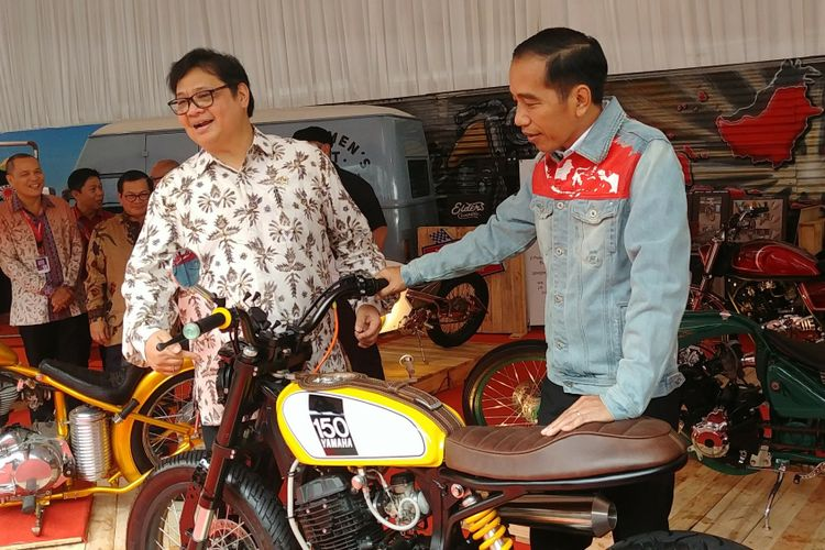 Presiden Jokowi dan Menteri Perindustrian Airlangga Hartarto menengok salah satu motor modifikasi bergaya street tracker usai membuka IIMS 2018, Kamis (19/4/2018).