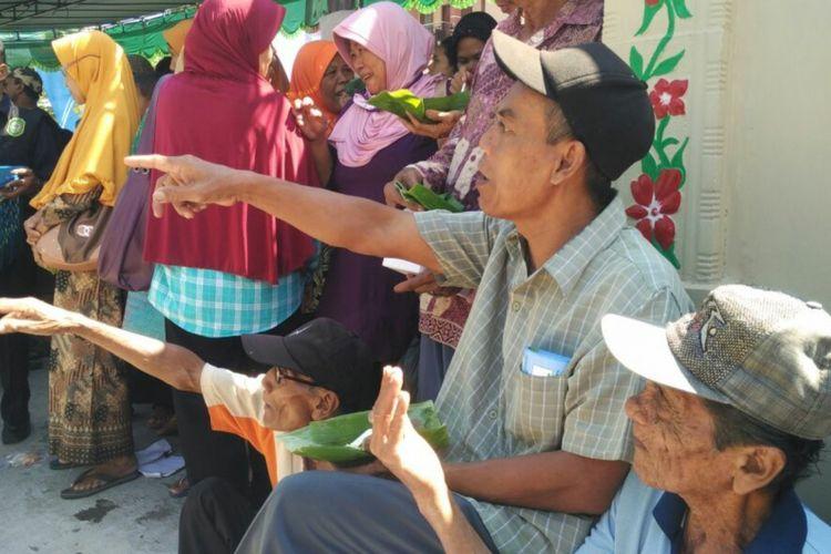 Warga menyantap Mides khas Pundong, Bantul, dalam Festival Mides 2018.