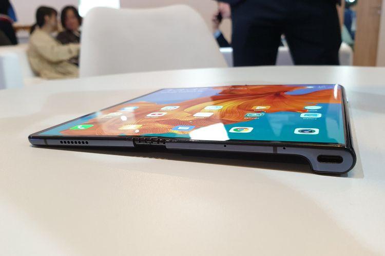 Pada bagian bawah terdapat sebuah port USB Type C dan speaker. Tidak ada jack audio 3,5mm pada Huawei Mate X. (Yudha Pratomo/KompasTekno)