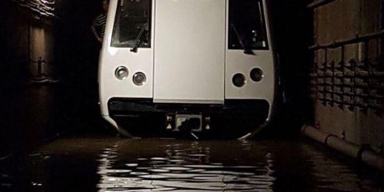 Kereta terendam banjir di terowongan bawah tanah antara Stasiun Bishan dan Braddell, Sabtu (7/10/2017)