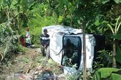 Tabrakan Adu Banteng dengan Mobil Boks, Pengendara Motor Tewas dan Terlempar ke Parit