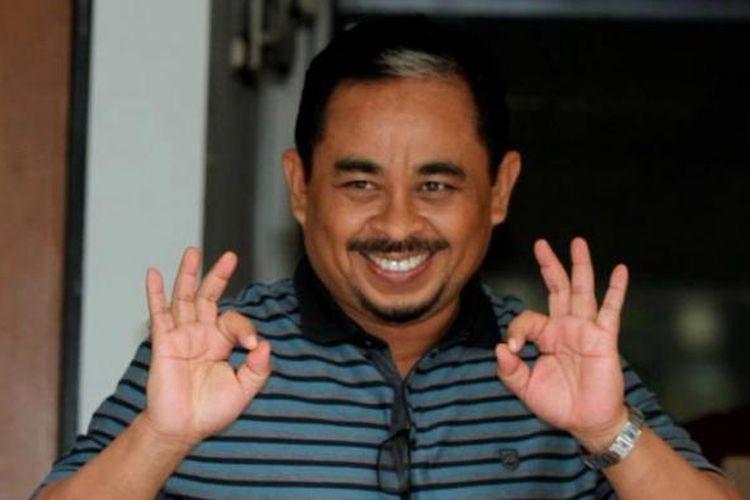 Mantan Presiden PKS, Luthfi Hasan Ishaq, menyapa saat  mencoblos dalam pemilu legislatif di ruang tunggu rutan KPK, Jakarta Selatan, 9 April 2014. Sebanyak 22 tahanan KPK menggunakan hak pilihnya pada pemilu legislatif kali ini.