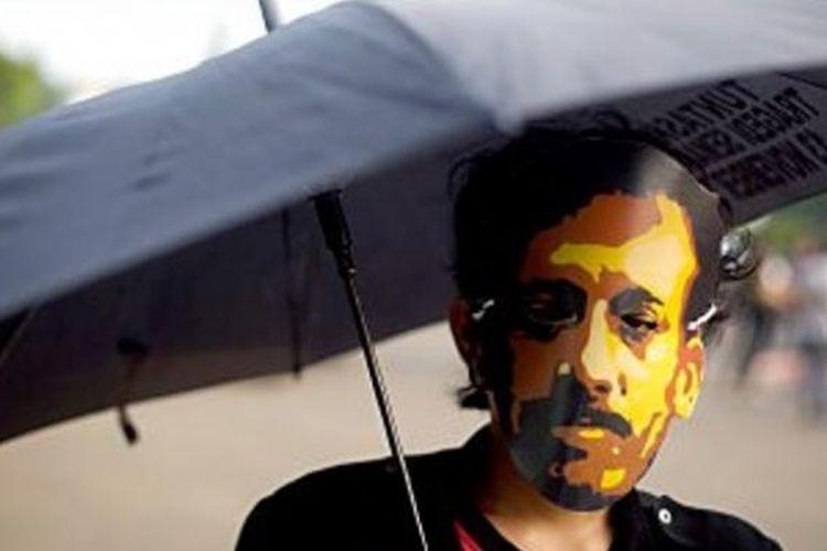 Aktivis Jaringan Solidaritas Korban untuk Keadilan mengenang 10 Tahun Kasus Munir dalam aksi Kamisan di Istana Negara, Kamis (4/9/2014). Pegiat HAM mendesak penegak hukum untuk membuka kembali kasus Munir untuk menjerat dan menghukum auktor intelektualis di balik pembunuhan Munir.
