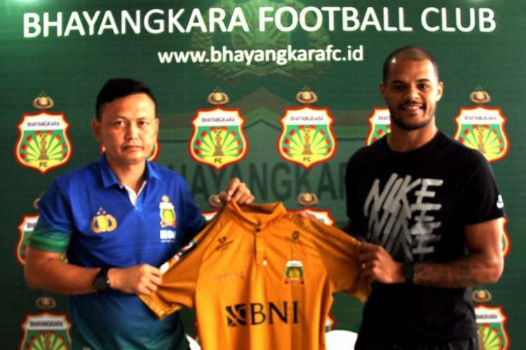 Ofisial tim Bhayangkara FC, Yeyen Tumena (kiri), bersama David Aparecido da Silva.