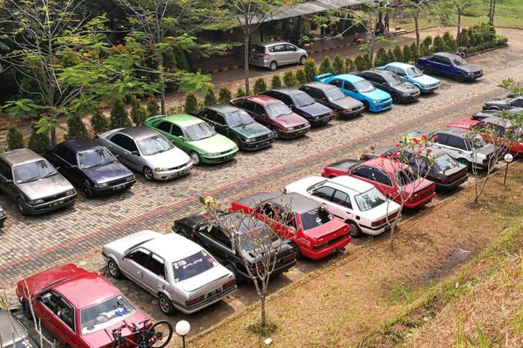Mobil Ford Laser milik anggota komunitas FLTR diperkirakan di tempat parkir Telaga Sindur Bogor saat mengikuti acara family gathering, Sabtu (29/7/2018).