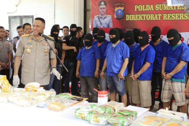 Kapolda Sumut Irjen Pol Paulus Waterpaw bersama 13 pelaku perdagangan narkoba kelas kakap dan barang bukti 38 kilogram sabu, Kamis (7/12/2017).