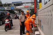 Pasukan Oranye Bersihkan Coretan di 'Underpass' Mampang-Kuningan